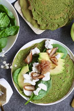 Spinazie flensjes met geitenkaas en honingsjalot - Beaufood Spinach pancakes with goat cheese and ho Clean Eating Snacks, Healthy Snacks, Healthy Eating, Veggie Recipes, Vegetarian Recipes, Healthy Recipes, Food Inspiration, Love Food, Food Cakes