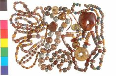 From the Late Roman period onwards, both Roman and 'native' women wore long necklaces made of beads. These remained popular in the Middle Ages. This explains why they are found so frequently – especially strings of beads from the Merovingian period. In diverse women's graves, several bead necklaces have been found. Ca. 500-600 - Rijksmuseum van Oudheden