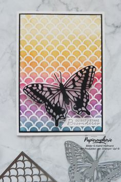 Mit einer Schablone einen Farbverlauf-Hintergrund zu gestalten macht Spaß und sieht toll aus. Der schwarze Rahmen lässt die Farben noch mehr strahlen. Material Stampin' Up! #mustermedley #fabelhaftefalter #butterflybrilliance #schablonentechnik #hintergrundgestaltung #diycards #crafting #astridspapiereuphorie #stampinup #stampinupösterreich #stampinupdemo #stampinupwien #kreativmitpapier #handemadecards #cardmaking #paperlove #creative #diykarten #papierliebe