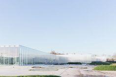 建築写真家のイワン・バーンが撮影した、SANAAの「ルーブル・ランス」