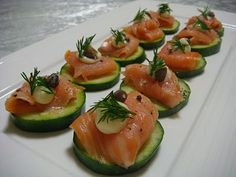 Smoked Salmon H'orderves slice Persian cucumbers, top with a small piece of smoked salmon, drop of Kewpie Mayonnaise capers, fresh dill sprigs and cracked black pepper Cucumber Appetizers, Mini Appetizers, Appetizer Recipes, Cucumber Bites, Tapas, Gluten Free Puff Pastry, Creole Recipes, Smoked Salmon, Party Snacks