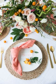 Floral spring brunch - brunch ideas - girls brunch - brunch party - brunch in bloom -southern brunch - Place setting - wedding place setting - kumquat brunch - citrus brunch - pink and orange tablescape - namecard - placecard - Paprika Southern Table Arrangements, Table Centerpieces, Table Decorations, Brunch Places, Wedding Place Settings, Decoration Evenementielle, Estilo Tropical, Table Setting Inspiration, Beautiful Table Settings