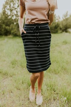 Knee length striped skirt with pockets. Looks comfortable and love the style for a spring or summer outfit. A cute modest fashion piece too! Modest Dresses, Modest Outfits, Skirt Outfits, Cute Outfits, Muslim Fashion, Modest Fashion, Skirt Fashion, Fashion Dresses, Latest Fashion For Women