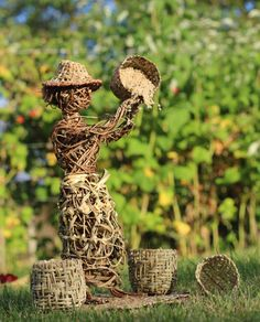 Vannerie sculpturale au Festival de Ménigoute @LVS2 Bird Feeders, Place Cards, Place Card Holders, Outdoor Decor, Home Decor, Wicker, Noel, Decoration Home, Room Decor