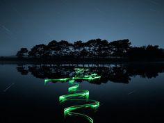 Sentieri di luce  lungo il fiume e sull'acqua