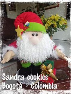 Bonito papá noel con regalo con moldes disponibles.Este papá noel con regalos puedes realizarlo tu mism@ con los moldes que te dejo a continuación,te encantará por lo bonito que es y por su gran y llamativo tamaño. Sigue el tutorial paso a paso no perder ni un detalle. Moldes y tutorial By Sandra cookies Molde … Craft Tutorials, Crafts For Kids, Crochet Hats, Felt, Crafty, Christmas Ornaments, Holiday Decor, Creative, Projects