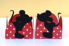 Mickey e Minnie namorados! <br> <br>Forminhas personalizadas para sua festa em qualquer personagem e cores. <br>Uma decoração diferente e que vai alegrar sua mesa de docinhos. <br> <br>As cores podem ser alteradas. <br> <br>Preço unitário, pode ser comprado só de um personagem se preferir.