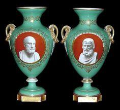 120-Belíssimo par de vasos em porcelana francesa Vieux Paris, corpo com fundo na cor verde cla
