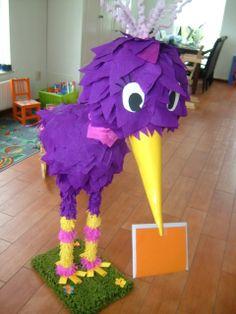 Vogel ~ erg creatieve surprise. Benodigdheden zijn vlieger papier, karton voor de snavel, kippengaas voor de kop en buik/ papier maché kan ook en een stevige onderkant