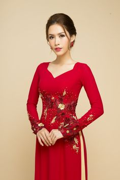 Modern square neck Ao dai with floral appliques 2 Vietnamese Wedding Dress, Vietnamese Dress, Modest Fashion Hijab, Frock Fashion, Traditional Fashion, Traditional Dresses, Indian Designer Outfits, Designer Dresses, Red Frock