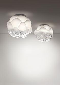 Un nuage de verre qui flotte dans les airs... Cette suspension en verre soufflé joue avec la couleur pour un effet lumineux magique. Design par Mathieu Lehanneur