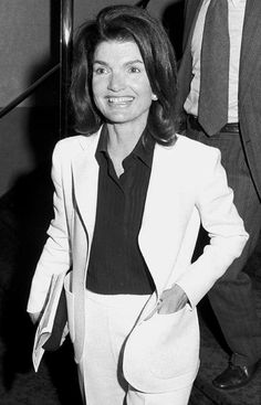 Jackie Kennedy Onassis in classic separates in by maryellen Jacqueline Kennedy Onassis, Jackie Kennedy Style, Jaqueline Kennedy, Les Kennedy, Jackie O's, Lee Radziwill, Valentino, John Fitzgerald, White Suits
