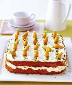 Saftiger Möhrenkuchen mit Marzipan und Haselnüssen, gefüllt mit Frischkäsecreme und verziert mit Pistazien.