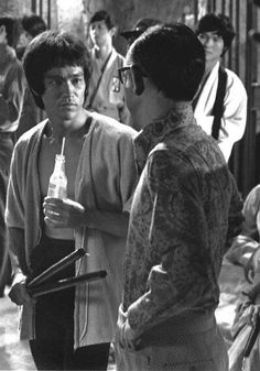 Bruce Lee and Raymond Chow on the set of Enter the Dragon 1973 Bruce Lee Workout, Bruce Lee Training, Bruce Lee Art, Bruce Lee Martial Arts, Bruce Lee Pictures, Enter The Dragon, Martial Artist, Celebrity Couples, Celebrity News