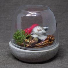 Suloinen pieni jouluasetelma tuikkulyhdyssä. Snow Globes, Wine Glass, Tableware, Home Decor, Dinnerware, Decoration Home, Room Decor, Tablewares, Dishes