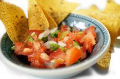 Recept tortillachips met 'Pico de Gallo' tomatensaus. Heerlijke snack en bovendien is het ook nog eens erg gemakkelijk te maken deze gezonde 'dipsaus'!