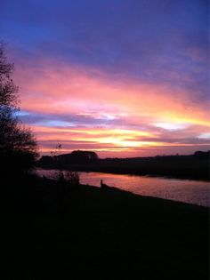Kleurrijke zonsopkomst aan de Vecht, een mooie start van de dag! #sunrise #Dalfsen #Mooirivier #Vechtdal