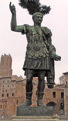 Estatua de Marco Ulpio Trajano, frente al Foro de Trajano, en Via del Fori Imperiali - Portal Fuenterrebollo