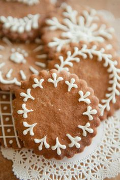 The icing on the gingerbread cookies ~ shoots knits and leaves Christmas Sweets, Christmas Cooking, Christmas Gingerbread, Noel Christmas, Christmas Goodies, Gingerbread Cookies, Italian Christmas, Gingerbread Houses, Holiday Cookies