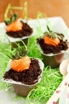 Oreo Dirt Cups -- kids love Oreo dirt cups even more when they're topped off with cute orange candy melt-covered strawberry carrots! A totally fun project for spring or Easter...