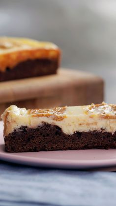 Recipe with video instructions: Get your PSL fix in brownie form with a rich chocolate espresso base topped with vanilla cheesecake and a pumpkin spice swirl. Pumpkin Pie Bars, Pumpkin Spice Latte, Pumpkin Brownies, Brownie Recipes, Cake Recipes, Dessert Recipes, Köstliche Desserts, Delicious Desserts, Cream Cheese Brownies