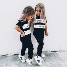 Girls – witte Adidas sneakers met zwarte outfit Girls – white Adidas sneakers with black outfit Lila Outfits, Little Girl Outfits, Cute Outfits For Kids, Baby Outfits, Cute Kids, Cute Babies, Baby Kids, Fresh Outfits, Kids Girls