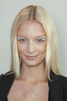 Statement eyes and Sleek hair at Ohne Titel Runway Makeup, Beauty Makeup, Hair Makeup, Makeup Art, Makeup Ideas, Styling Brush, Sleek Hairstyles, Medium Hair Cuts, Summer Beauty