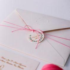 Convite de casamento barato. brasão em alto relevo seco no monograma.