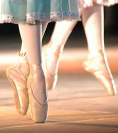 Google Image Result for http://2.bp.blogspot.com/-WrCeZ93dDhc/TqR1UezpvQI/AAAAAAAAAGA/3RfKt2Q6MFU/s1600/zapato-de-ballet-7-.jpg