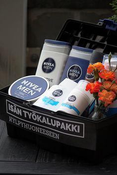 Father's day tool box. Filled with skin care products from Nivea. / Isänpäivälahjaidea: Toteutimme isälle työkalupakin kylpyhuoneeseen. Nivean Men-sarjasta löytyi sopivat työvälineet pakin sisälle.