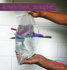 Même mon cher et tendre a été impressionné par cette expérience, c'est pour dire ;) Et le top, c'est que vos enfants pourront la montrer fièrement à leurs amis, et la présenter comme un tour de magie (notamment au cours de leur goûter d'anniversaire!). En plus, je suis sûre que vous avez tout ce qu'il faut sous la main Matériel nécessaire pour cette expérience Vous aurez besoin de :  un sac ziploc ou sac de congélation de crayons bien affûtés d'eau   Je vous l'avais bien dit, vous avez ...