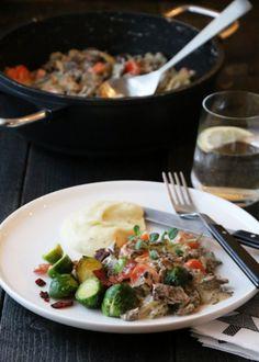 Finnbiff med rosenkål, sprøstekt bacon og sellerirotmos Bacon, Food And Drink, Beef, Dinner, Ethnic Recipes, Dining, Dinners, Ox, Pork Belly