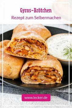 Perfekt für Party oder Buffet: unser Rezept für einfache Gyros-Brötchen mit zartem Schweinefleisch und würziger Frischkäsecreme gefüllt. #gyros #brötchen #brötchenbacken #partysnack #snacktime #rezepte #rezeptideen #fingerfood #griechenland #snacks