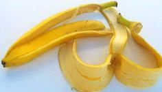 Very few of us know how banana peels can be used to solve small everyday problems. Now you can discover ways to make banana peels useful. Making teeth several shades whiter A simple and easy trick to Benefits Of Eating Bananas, Banana Benefits, Natural Wart Remedies, Home Remedies, Herbal Remedies, Banana Peel Uses, Banana Peels, Banana For Hair, Very Hungry Caterpillar