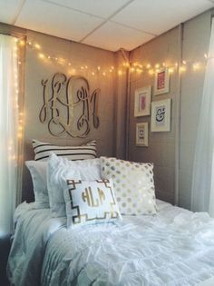 This white dorm bedding creates such a cute dorm room!