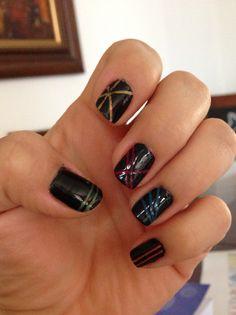 Uñas, negro + líneas de color
