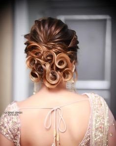 Gorgeous Indian Bridal Hairstyles For Short, Medium & Long Hair Open Hairstyles, Indian Bridal Hairstyles, Dance Hairstyles, Creative Hairstyles, Bride Hairstyles, Hairstyle Wedding, Beautiful Hairstyles, Bridal Hair Buns, Bridal Updo