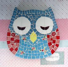 Quadro de Mosaico Coruja Cath. <br>Design exclusivo, feito pela mosaicista Tainah Neves. <br> <br>Mosaico feito à mão com Pastilhas de Vidro, Pastilha Cristal, Azulejo, Botões. <br> <br> <br> <br> <br>Dimensões: 18 cm x 18 cm, espessura 1,3 cm.