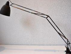 B.A.G. Turgi: Arbeitsleuchte OMNIFIX, task light. Reflektor grüner Schrumpflack, robuste Tischklemme mit Öffnung bis 5 cm, Kabelschalter, Ausladung 100 cm.