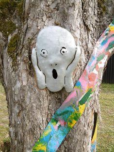 Inspiriert von Edward Munch DER SCHREI, und animiert von dem Astloch an dieser Stelle, Die Farbbänder um die Bäume sind eine Referenz an die Malerei, Metallkünstlers Mirko Siakkou-Flodin