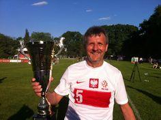 Stefan Majewski z pucharem za zwycięstwo dla drużyny PZPN w meczu przeciwko reprezentacji dziennikarzy