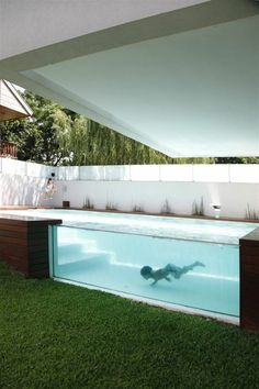 Fotos de piscinas - inspire-se para ter a sua - Viver em Casa Backyard Pool Designs, Small Backyard Pools, Swimming Pools Backyard, Swimming Pool Designs, Swiming Pool, Small Pools, Small Backyards, Small Above Ground Pool, Above Ground Swimming Pools