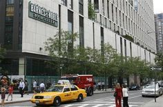 Barnes & Noble founder halts plan to buy stores; loss widens