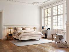 """Edycja Limitowana Hästens 2014 jest hołdem dla naszego szwedzkiego dziedzictwa, a została zainspirowana kultowym już odcieniem """"Stockholmsvit"""", stworzonym w Szwecji w latach pięćdziesiątych ubiegłego wieku.  Ten piękny materiał jest wyjątkowy zarówno pod wzgledem faktury jak i koloru. Stanowi subtelną wariację na temat klasycznego oryginału."""