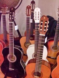 Boa tarde! Procura uma guitarra clássica? Venha ao Salão Musical de Lisboa escolher a sua guitarra. Temos em stock desde modelos a preços económicos até modelos profissionais. Consulte o nosso site www.salaomusical.com