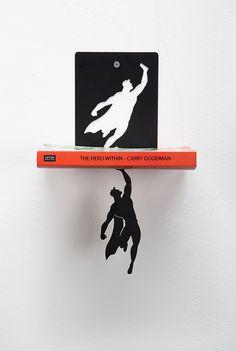 Book & Hero é um suporte para livros ou prateleira que vai alegrar um pouco a decoração de sua casa e também deixar suas visitas com a pulga atrás da orelh