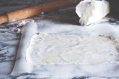 La pasta fillo è una ricetta base, semplice da fare e versatile da utilizzare. Fritta o cotta al forno, risulta sottile, croccante e perfetta per numerose preparazioni. .