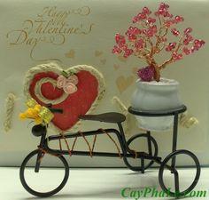 Cây pha lê 7.C (Valentine) - 590.000 đ Kích thước tham khảo của phần cây 8x5 cm (Bộ cây pha lê, xe đạp và trái tim hồng nhỏ được đặt trong hộp mica sang trọng) Lưu ý: không bao gồm tấm thiệp nền