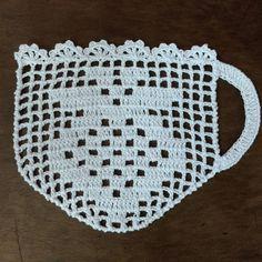 """299 Beğenme, 41 Yorum - Instagram'da Elaine Tripiano (@elainecrocheoficial): """"Xícaras em crochê para aplicação em forro americano, são 6 unidades 😁 foto ilustrativa no final,…"""" Crochet Edging Patterns, Crochet Squares, Crochet Motif, Crochet Doilies, Crochet Flowers, Knitting Patterns, Crochet Diy, Crochet Home, Thread Crochet"""