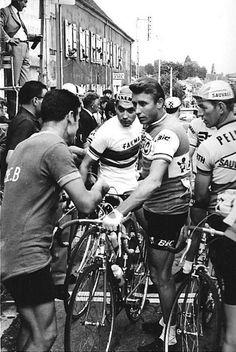 1968. Critérium de La Clayette. Eddy Merckx (1945) e Jacques Anquetil (1934-1987) alla partenza